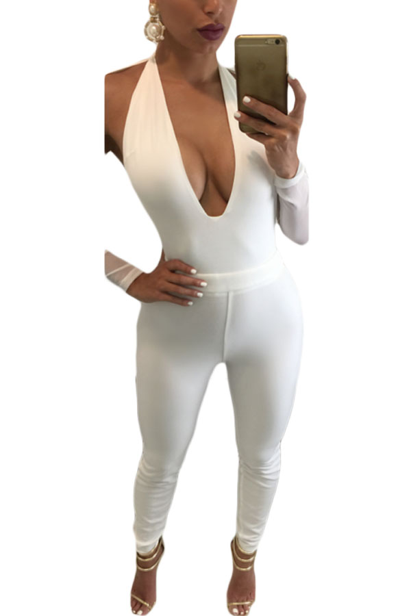 Ролик женщиной в белом обтягивающем костюме